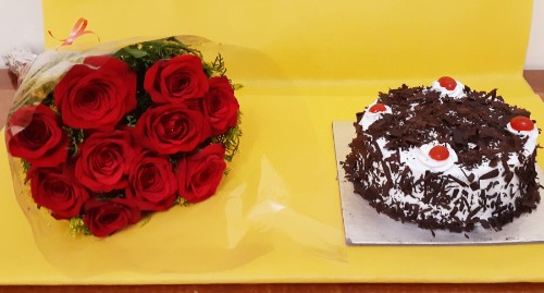 Half kg black forest cake with 10 roses bunch